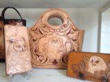 ふくろうのモチーフのレザーカービングのバッグと長財布